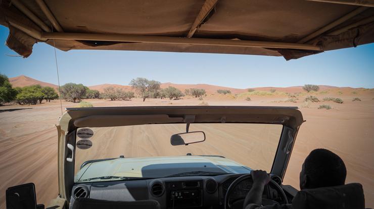Christoph Dabiri in der Wüste Namibias